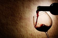 κόκκινο κρασί γυαλιού μπουκαλιών Στοκ εικόνες με δικαίωμα ελεύθερης χρήσης