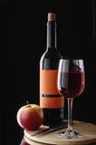 κόκκινο κρασί γυαλιού μπουκαλιών Στοκ εικόνα με δικαίωμα ελεύθερης χρήσης