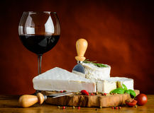Κόκκινο κρασί γυαλιού και μαλακό τυρί Στοκ Εικόνες