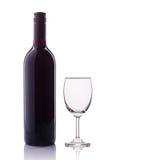 κόκκινο κρασί γυαλιού μπουκαλιών beeing έννοιας λευκό τεχνολογίας συνδέσμων απομονωμένο εστίαση καλυμμένο στούντιο Στοκ Εικόνα