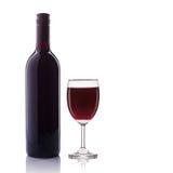 κόκκινο κρασί γυαλιού μπουκαλιών beeing έννοιας λευκό τεχνολογίας συνδέσμων απομονωμένο εστίαση καλυμμένο στούντιο Στοκ Εικόνες