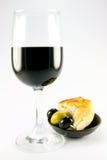 κόκκινο κρασί ελιών ψωμιο Στοκ φωτογραφία με δικαίωμα ελεύθερης χρήσης