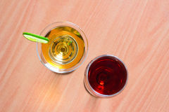 Κόκκινο κρασί και άσπρο κρασί σε ένα γυαλί κρασιού Στοκ φωτογραφία με δικαίωμα ελεύθερης χρήσης