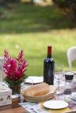 Κόκκινο κρασί και ολόκληρο ψωμί σίτου στον πίνακα γευμάτων στοκ φωτογραφία με δικαίωμα ελεύθερης χρήσης