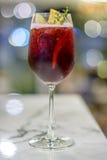 Κόκκινο κρασί και χυμός μήλων στο υπόβαθρο bokeh Στοκ Φωτογραφία