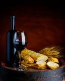 Κόκκινο κρασί και baguette Στοκ φωτογραφία με δικαίωμα ελεύθερης χρήσης