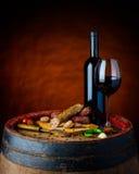 Κόκκινο κρασί με τα λουκάνικα Στοκ εικόνα με δικαίωμα ελεύθερης χρήσης