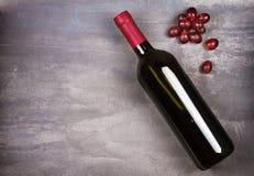 κόκκινο κρασί μπουκαλιών ακίνητο κρασί ζωής Τρόφιμα και έννοια ποτών Στοκ φωτογραφία με δικαίωμα ελεύθερης χρήσης
