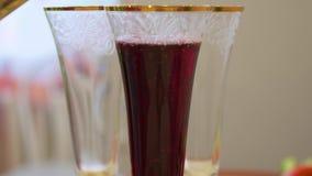Κόκκινο κρασί που χύνεται στα γυαλιά απόθεμα βίντεο