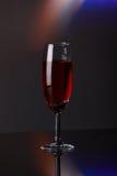 Κόκκινο κρασί πολυτέλειας στο φλάουτο σαμπάνιας Στοκ Εικόνες