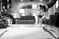 Κόκκινο κρασί σε ένα γαλλικό εστιατόριο Στοκ Φωτογραφία