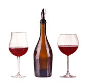 Κόκκινο κρασί σε μπουκάλι με το διανομέα και δύο γυαλιά με το κόκκινο κρασί, γυαλί, κρασί, μπουκάλι που απομονώνεται στο λευκό Στοκ Εικόνες