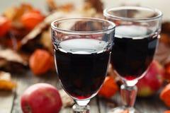 Κόκκινο κρασί στα γυαλιά στον πίνακα στο φύλλο πτώσης Στοκ φωτογραφία με δικαίωμα ελεύθερης χρήσης