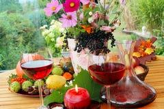 Κόκκινο κρασί στα τέλη του καλοκαιριού στο πεζούλι στοκ φωτογραφίες