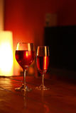 Κόκκινο κρασί στο γυαλί με ένα υπόβαθρο καθιστικών Στοκ Φωτογραφία