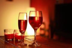 Κόκκινο κρασί στο γυαλί με ένα υπόβαθρο καθιστικών Στοκ φωτογραφία με δικαίωμα ελεύθερης χρήσης