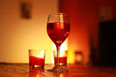 Κόκκινο κρασί στο γυαλί με ένα υπόβαθρο καθιστικών Στοκ φωτογραφίες με δικαίωμα ελεύθερης χρήσης