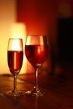 Κόκκινο κρασί στο γυαλί με ένα υπόβαθρο καθιστικών Στοκ Εικόνα