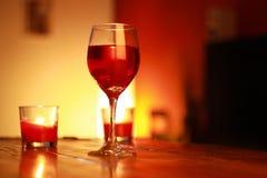 Κόκκινο κρασί στο γυαλί με ένα υπόβαθρο καθιστικών Στοκ εικόνες με δικαίωμα ελεύθερης χρήσης