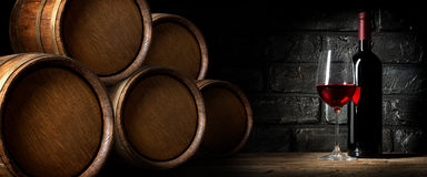 Κόκκινο κρασί στο κελάρι στοκ φωτογραφίες
