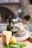 Κόκκινο κρασί, τυρί pecorino και αχλάδι στο ξύλινο βαρέλι στοκ εικόνες