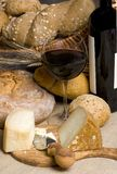 κόκκινο κρασί τυριών 2 ψωμιού Στοκ εικόνα με δικαίωμα ελεύθερης χρήσης