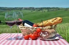 Κόκκινο κρασί, ψωμί και ντομάτες Στοκ Εικόνα
