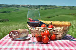 Κόκκινο κρασί, ψωμί και ντομάτες Στοκ φωτογραφία με δικαίωμα ελεύθερης χρήσης