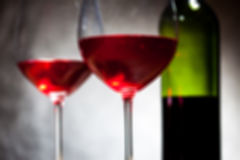 Κόκκινο κρασί δύο goblets και μπουκάλι Στοκ εικόνα με δικαίωμα ελεύθερης χρήσης