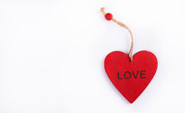 Κόκκινο κρεμαστό κόσμημα καρδιών φιαγμένο από ξύλο Ένας ξύλινος βαλεντίνος Στοκ Εικόνες