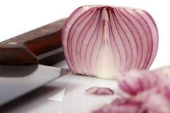 κόκκινο κρεμμυδιών μαχαιριών που τεμαχίζεται Στοκ εικόνα με δικαίωμα ελεύθερης χρήσης