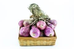 Κόκκινο κρεμμύδι στο καλάθι Στοκ Εικόνες