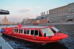 Κόκκινο κρουαζιερόπλοιο Πάρκο Zaryadye στη Μόσχα r στοκ εικόνες
