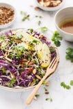 Κόκκινο λάχανο, η πράσινη Apple, Coleslaw αμυγδάλων σαλάτα Θερινή σαλάτα Στοκ Εικόνες