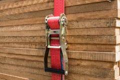 Κόκκινο λουρί αναστολέων που καθορίζει τους ξύλινους πίνακες/τις ξύλινες σανίδες Στοκ Εικόνες