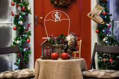 Κόκκινο μέρος πορτών με τις διακοσμήσεις στεφανιών και διακοπών Χριστουγέννων Στοκ φωτογραφία με δικαίωμα ελεύθερης χρήσης