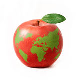 Κόκκινο μήλο με τον πράσινο παγκόσμιο χάρτη, που απομονώνεται στην άσπρη ανασκόπηση στοκ φωτογραφία με δικαίωμα ελεύθερης χρήσης