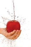 Κόκκινο μήλο στη διάθεση κάτω από το ρέοντας ύδωρ Στοκ εικόνες με δικαίωμα ελεύθερης χρήσης