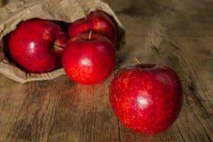 Κόκκινο μήλο με την τσάντα εγγράφου Στοκ φωτογραφία με δικαίωμα ελεύθερης χρήσης