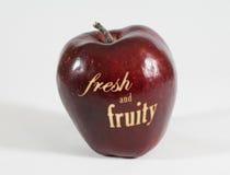 Κόκκινο μήλο με τις λέξεις - φρέσκες και fruity - Στοκ Εικόνες