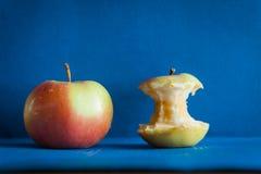 Κόκκινο μήλο με το κολόβωμα στον πίνακα Στοκ Φωτογραφία