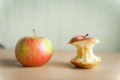 Κόκκινο μήλο με το κολόβωμα στον πίνακα Στοκ εικόνες με δικαίωμα ελεύθερης χρήσης