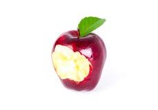 Κόκκινο μήλο με το πράσινες φύλλο και την απώλεια ενός δαγκώματος Στοκ Εικόνες