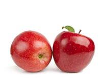 Κόκκινο μήλο με το πράσινο φύλλο στο άσπρο υπόβαθρο Στοκ Εικόνα