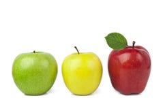 Κόκκινο μήλο με το πράσινο φύλλο στο άσπρο υπόβαθρο Στοκ φωτογραφία με δικαίωμα ελεύθερης χρήσης