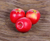 Κόκκινο μήλο στο ξύλινο υπόβαθρο Στοκ Εικόνα