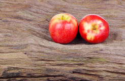 Κόκκινο μήλο στο ξύλινο υπόβαθρο Στοκ Φωτογραφία