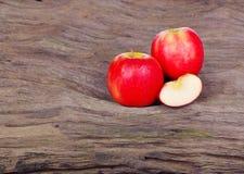 Κόκκινο μήλο στο ξύλινο υπόβαθρο Στοκ εικόνες με δικαίωμα ελεύθερης χρήσης