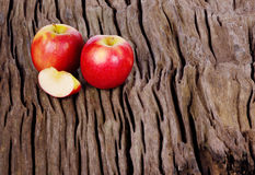 Κόκκινο μήλο στο ξύλινο υπόβαθρο Στοκ εικόνα με δικαίωμα ελεύθερης χρήσης