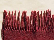 Κόκκινο μαντίλι μαλλιού με τα περιθώρια Στοκ εικόνα με δικαίωμα ελεύθερης χρήσης